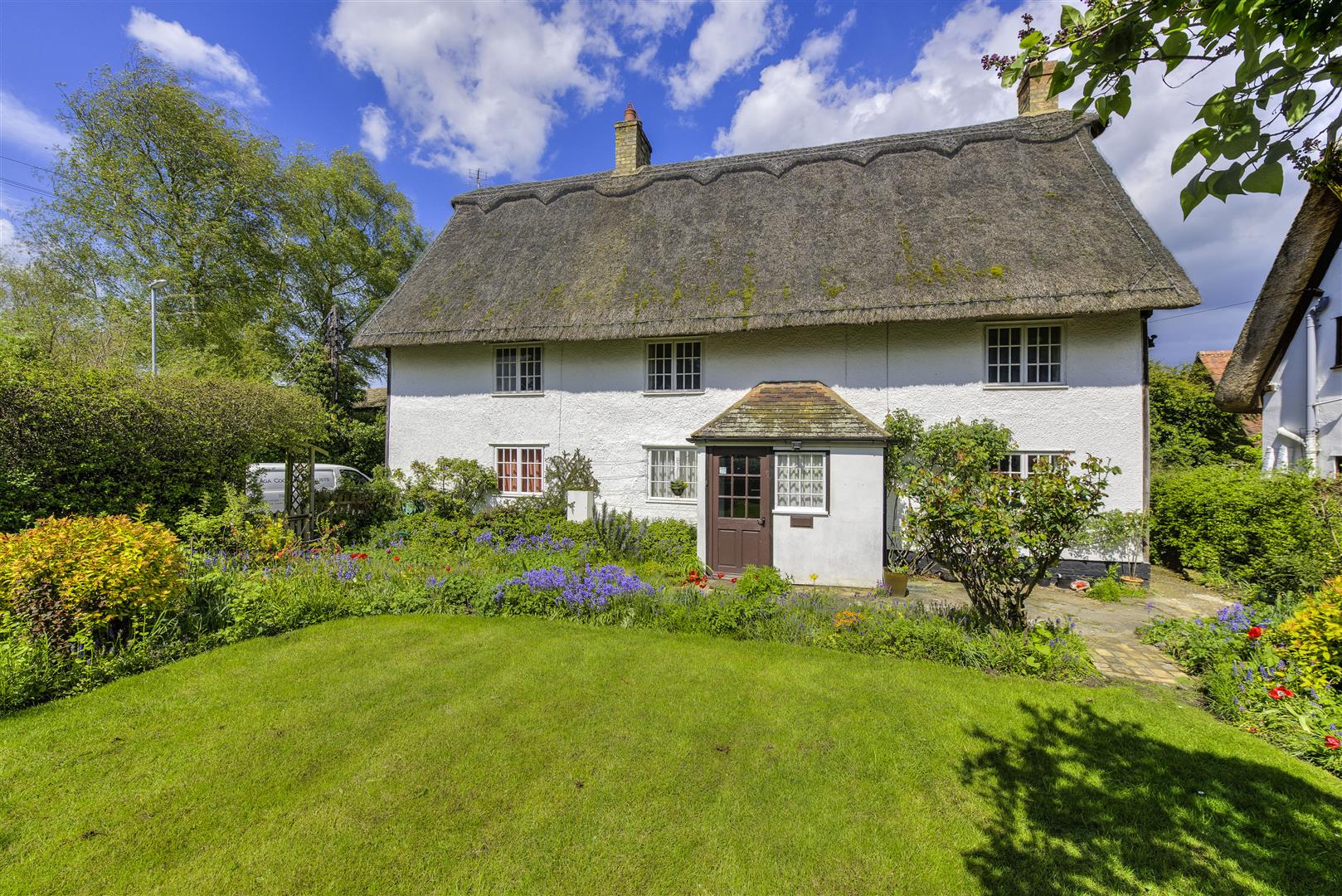 beautiful english country thatched cottage