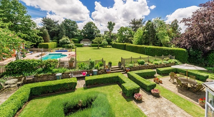 beautiful_sunny_landscaped_gardens_in_surrey