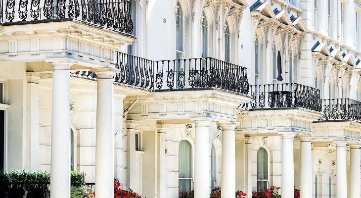 london_uk_street_road_chelsea_kensington_with_tterraced_housing_in_chelsea_london