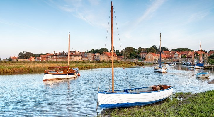summer_village_blakeney_norfolk_river_with_sailing_boats