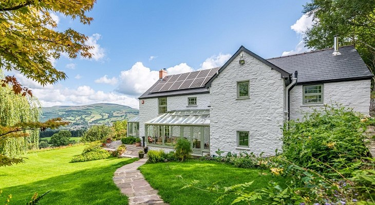 wales_beautiful_white_farmhouse_in_brecon_beacons