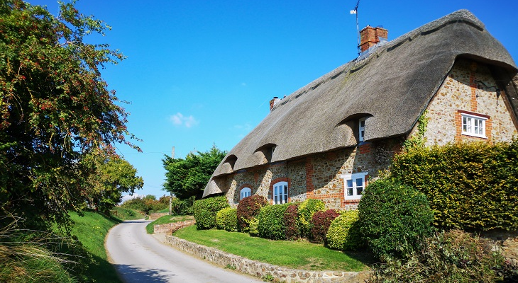 beautiful_country_lane_cottage_with_thatched_roof