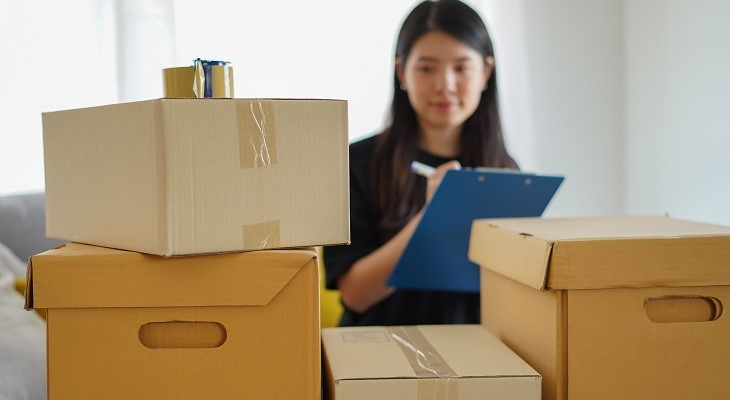 girl_clipboard_checklist_moving_house_packing_boxes