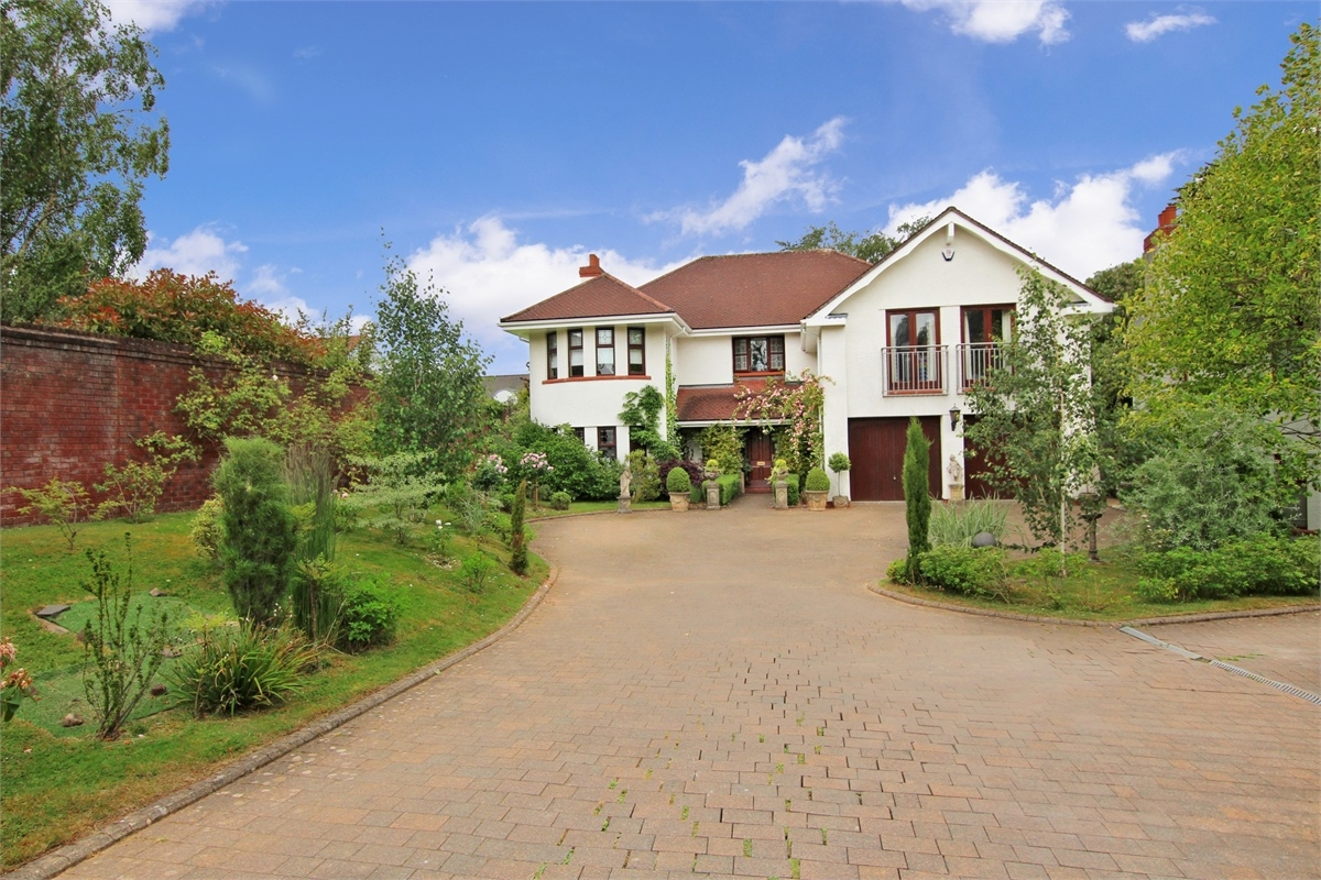 grand 6 bed family home in suburbs of Cardiff Wales