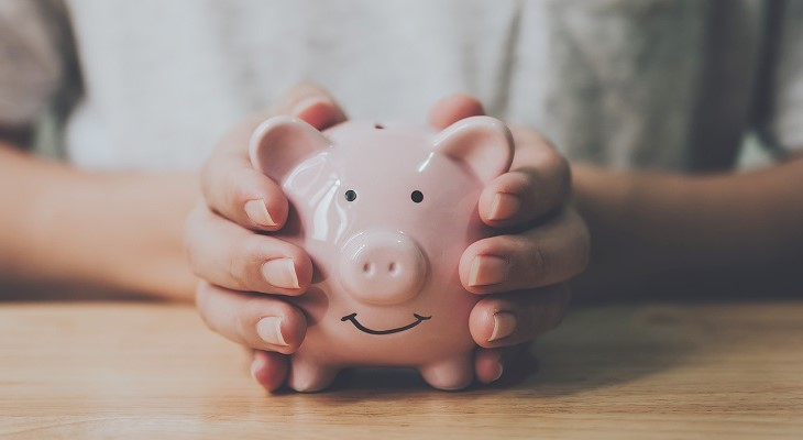 hands_holding_piggy_bank