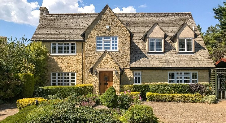 large_sand_stone_built_family_home_with_courtyard_oxfordshire