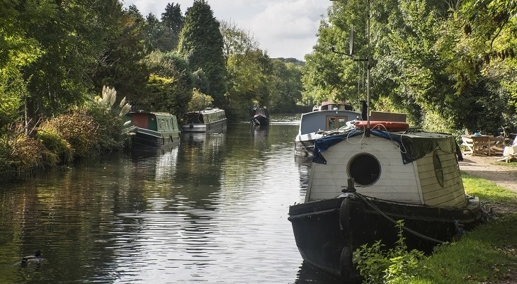 narrow_canal_boats_in_colne_valley_park