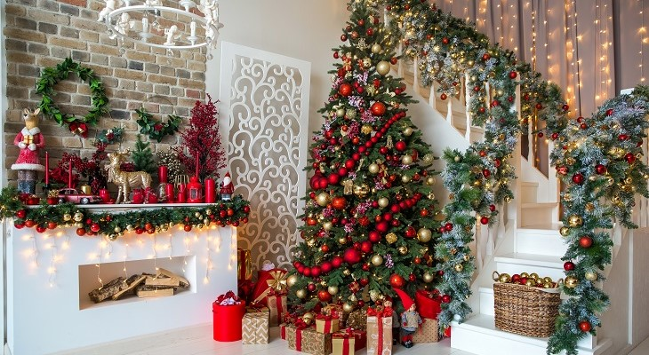 white_room_interior_in_red_tones_with_tree_decorated_present_boxes_and__fireplace