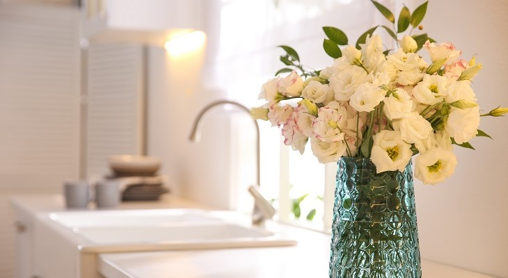 white_roses_flowers_in_vase_in_kitchen