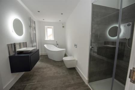 Family Bathroom (3).JPG