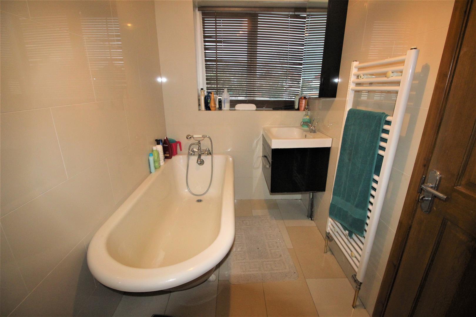4 bedroom house for sale in edgware. Black Bedroom Furniture Sets. Home Design Ideas