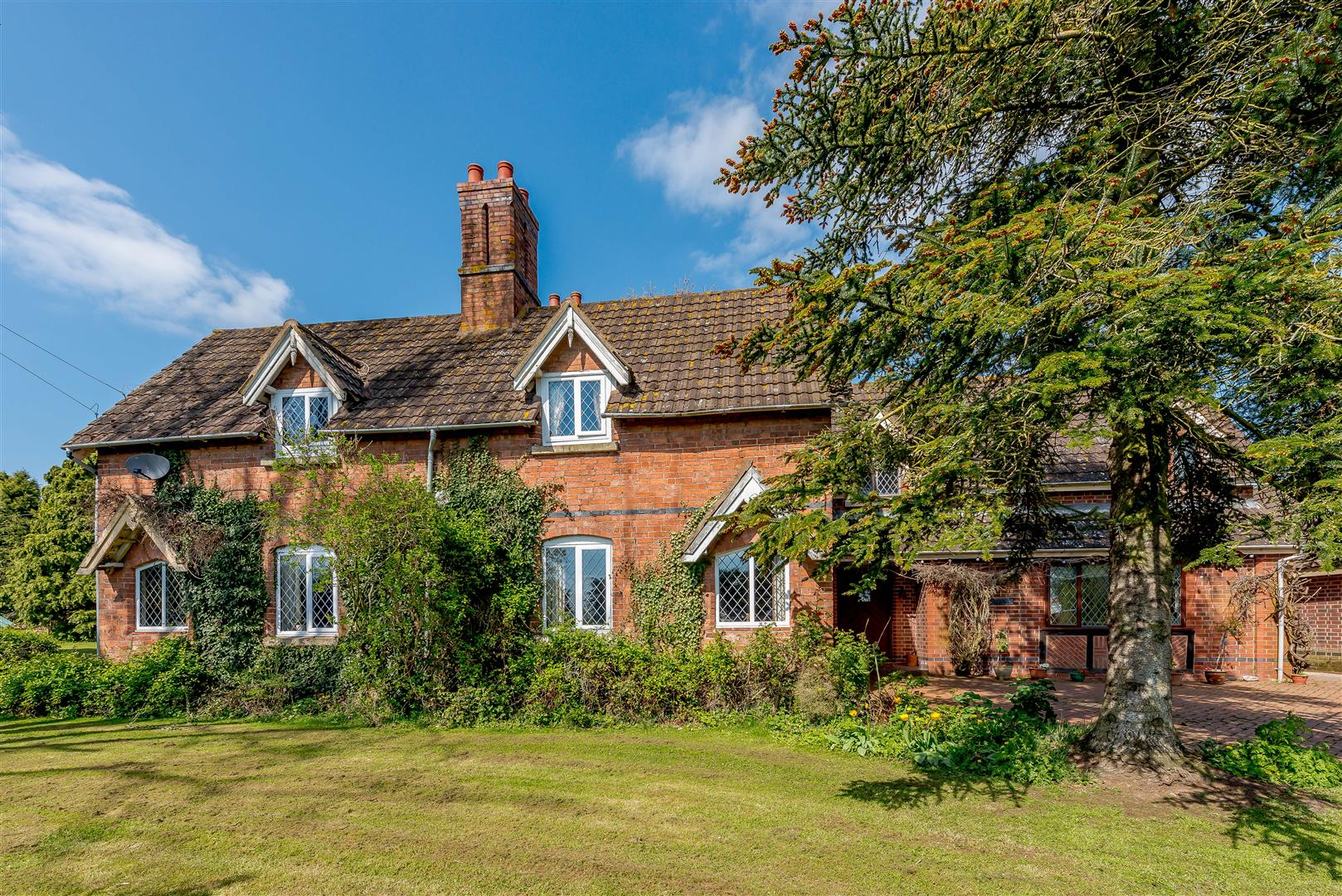 5 bedroom Detached House for sale in Droitwich Spa